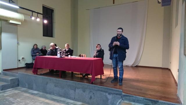 Un momento dell'assemblea pubblica